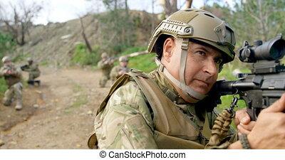 main, champ, signal, pendant, vue, militaire, formation, projection, caucasien, 4k, soldat, devant, mi-adulte