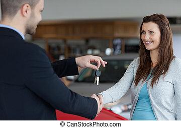 main, clés, quoique, donner, voiture, femme homme, secousse