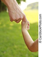 main, de, parent enfant, dans, nature