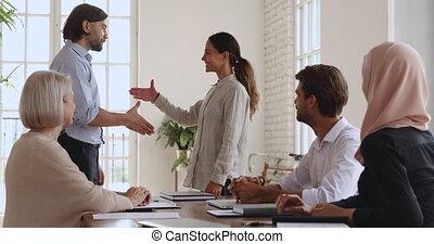 main, directeur, compagnie, fier, secousse, employé, éloge,...