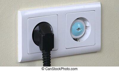main, enlever, bouchon sûreté, depuis, électricité, sortie, et, insertion, bouchon, fil