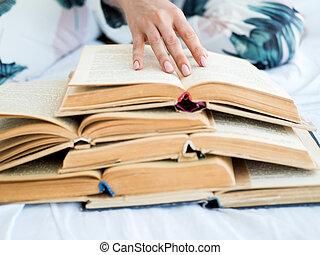 main femelle, à, beaucoup, de, ouvert, livres