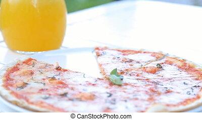 main, femme, prendre, pizza., morceaux