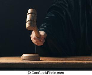 main, frapper, marteau, sur, fond foncé, les, juge, marques, a, verdict