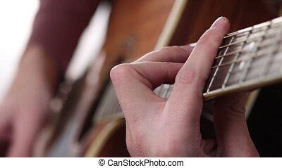 main homme, jeu guitare