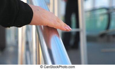 main, métallique, vue détail, lent, femme affaires, glissement mouvement, arrière-plan., escalier, unrecognizable, bureau, femme, escalade, grand plan, moderne, jeune, ou, mall., brouillé, handrail.