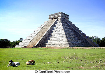 Chitchen Itza - Main pyramid of Chitchen Itza site in...