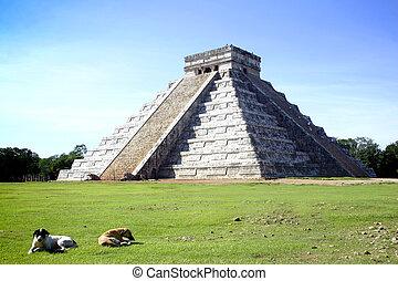 Chitchen Itza - Main pyramid of Chitchen Itza site in...