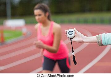 main, synchronisation, a, femme, course, sur, les, piste de...