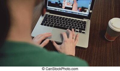 mains, café, fonctionnement, femme, ordinateur portable