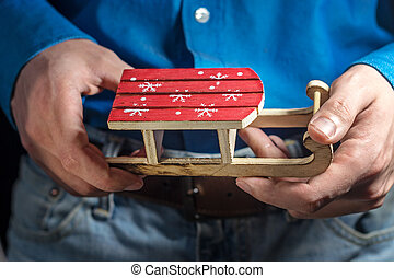 mains, card., jeune, traîneau, bois, concept., jouet, man., noël