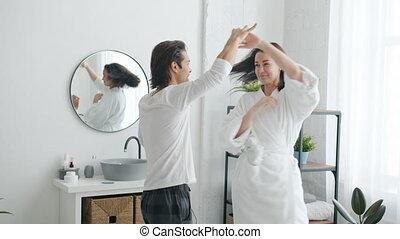 mains, couple, homme, heureux, mouvement, femme, salle bains, lent, tenue, danse