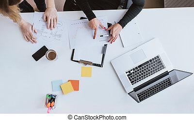 mains, de, deux, femme affaires, analyser, financier, données