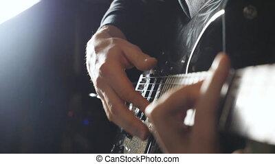 mains, de, type, exécuter, solo, de, rocher, music., grand plan, bras, de, musicien, jouer, sur, électrique, guitar., mâle, doigts, de, guitariste, strumming, les, strings., adulte, homme, composer, a, nouveau, melody., ralenti
