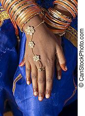 mains, de, une, indien, femme, décoré, à, bijoux fantaisie, dans, pushkar, inde