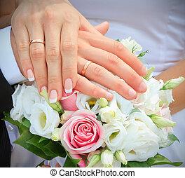 mains, et, anneaux, sur, bouquet mariage