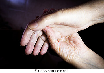 mains, femme âgée, selfmassage