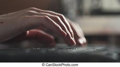mains, femme, utilisation, jeune, table, cahier, café