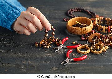 mains haut, bois, boucles oreille, confection, fin, handcrafted