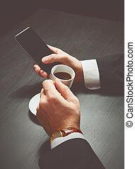 mains, homme affaires, téléphone, tasse, sombre, café