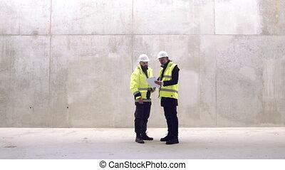 mains, hommes, ingénieurs, construction, parler., debout, ...
