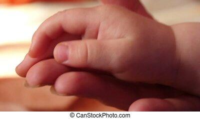 mains, mère, fils