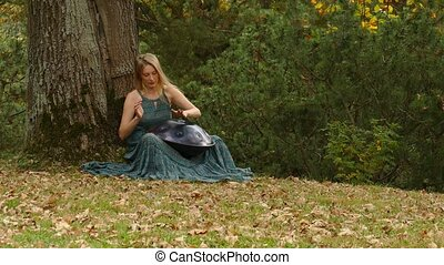 mains, outdoors., femme, pendre, instrument, jouer, hung.