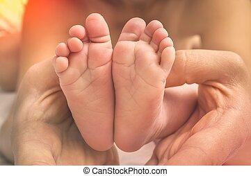 mains, pieds, bébé, mère, nouveau né