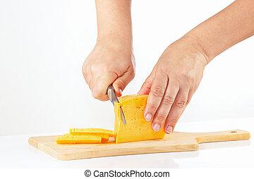 mains, planche, découpage, couteau, fromage coupé tranches