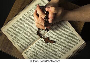 mains, prier, sur, bible sainte