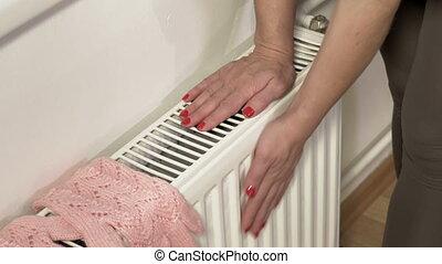 mains, radiateur, chauffage, femme, chauffage