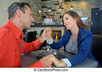 mains, restaurant, couple, tenue