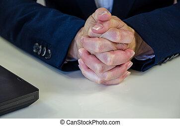 mains serrées