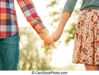 mains, tenue, amour, marche couples, jeune, parc, automne