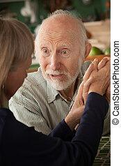 mains tenue couple, concentrer, maison, homme aîné