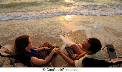 mains, tenue, couple parler, plage, séance, chaises, extérieur, romantique, quoique