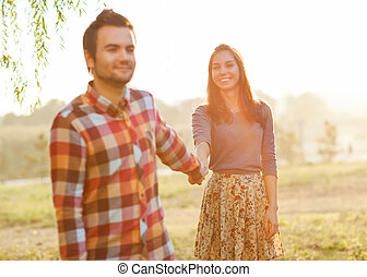 mains tenue couple, partir, sourire
