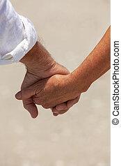mains tenue couple, personne agee, plage, heureux