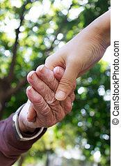 mains, tenue, jeune, personne agee