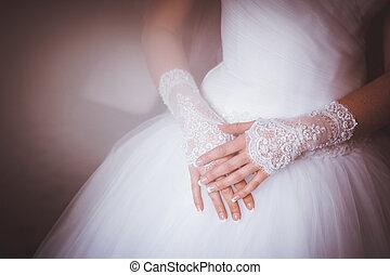 mains traversées, jambes, mariée