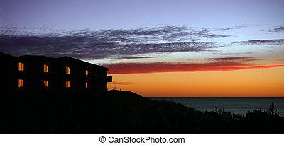 maison, à, coucher soleil