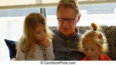 maison, actif, grand-père, dialoguer, 4k, petits-enfants