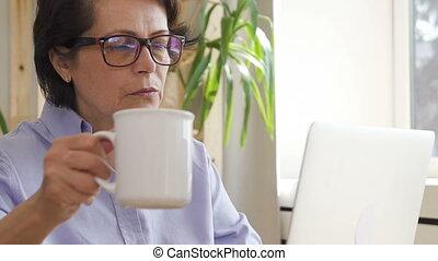 maison, bureau., femme affaires, ordinateur portable, café, fonctionnement, boire, confiant, mûrir