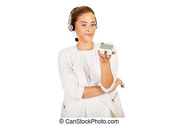 maison, casque à écouteurs, femme affaires, modèle, jeune, tient