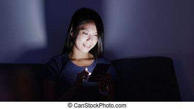 maison, cellphone, usage, femme, soir