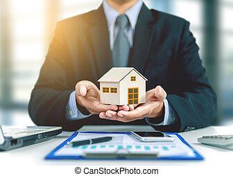 maison, concept, assurance, homme affaires