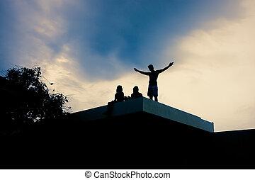 maison, coucher soleil, toit, gens