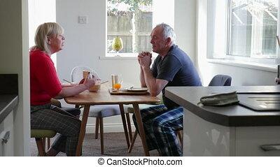 maison, couple, apprécier, petit déjeuner