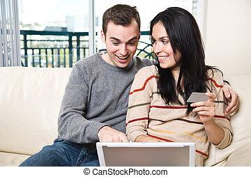 maison, couple, heureux, faire courses ligne
