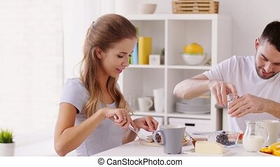 maison, couple, heureux, petit déjeuner, avoir